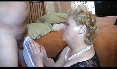Hai sec may bay ba gia cơ bắp Focker đẩy quần trong chiếc Mũ bởi người phụ nữ trong áo nịt ngực trên ghế sofa