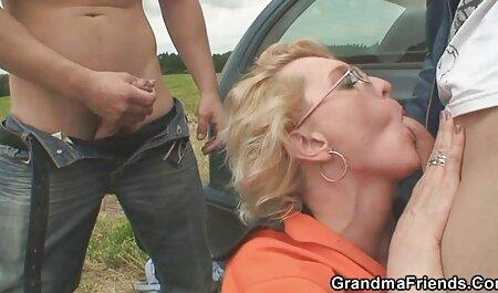 Sinh viên phim sec lon ba gia cất áo ngực ở phía trước các webcam, và vuốt ve âm hộ của cô vớ