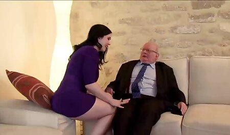 Séc phát hành sec ong ba gia trang phục của cô và cô nút gửi cô trên tấm thảm và trên ghế
